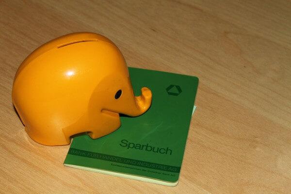 Die Aktie war im Vergleich mit dem Sparschwein in den letzten Jahrzehnten auch mittelfristig fast immer die bessere Wahl. Foto: Flickr @ GillyBerlin